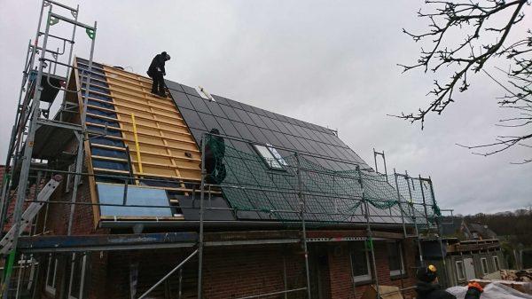 Montage des Solardachs im Regen
